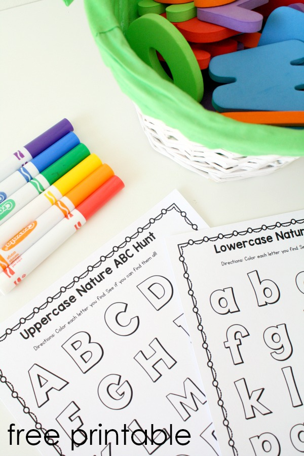 Free printable outdoor alphabet scavenger hunt activity for preschool and kindergarten #preschool #kindergarten #abc
