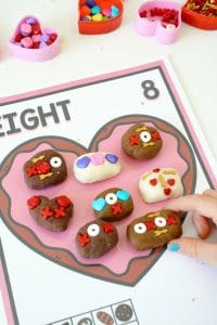 Valentine Math with Free Printable Counting Mats #playdoh #finemotor #kidsactivities
